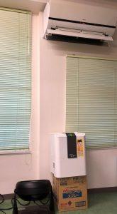 事務所内のエアコンの下の様子。